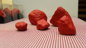 röda stenar i pyttis