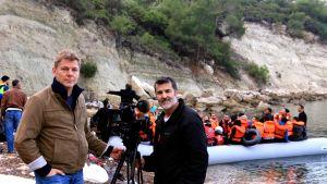 Ohjaaja Pertti Pesonen ja kuvaaja Antonio Marquez Turkissa kuvaamassa pakolaisten lähtöä rannalla
