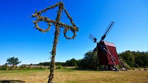 Juhannustanko ja tuulimylly Oolannissa, Ruotsi.