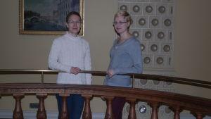 Ruth Illman och Malin Fredriksson vid rotundan i Humanisticum