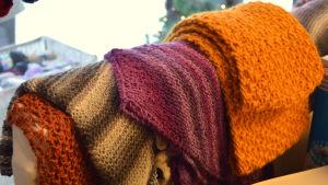 Sjalar och tubhalsdukar är enkla och användbara stickprojekt.