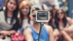 Grupps tar en selfie med en gopro-kamera.