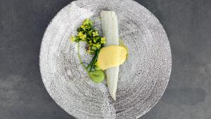 Smörstekt gös med broccoliblommor och bernaisesås.