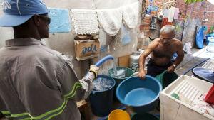 Invånare får dricksvatten i Brasilien