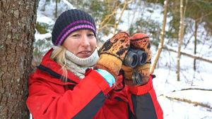Fågelskådaren Annette Meriluoto med kikaren i högsta hugg