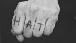 Knytnäve med hat-text. Svartvit.