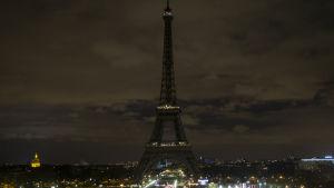 Ett mörkt Eiffeltorn under Earth Hour 2014.