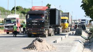 Lastbilar väntar på att komma in i Dar es Salaams hamn i Tanzanias huvudstad.