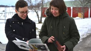 Charlotte Nyman och Jannica Österholm tittar i japansk bok.