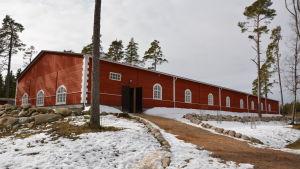 Manegen, som stod klar 2015, i Björkboda hos Anna von Wendt, 23.3.2016.