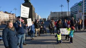 Demonstrationen lockade något tiotal föräldrar och barn.