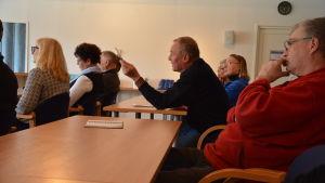 Lennart Andersson talar på Hitis tinget.