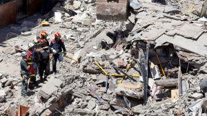 Räddningsarbetare på olycksplatsen den 15 april 2016.