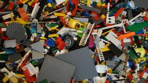 Lego i en låda.