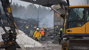 Brandmän röjer på en brand i Oravais