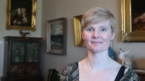 Museichef Jenny Nybom vid Teresia och Rafael Lönnströms museer i Raumo.
