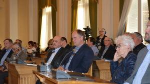 Mona Vikström i förgrunden lyssnar på talturerna