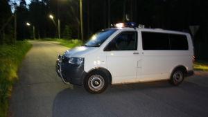 Polisbil har spärrat av vägen.