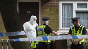 Poliser utanför den misstänkte gärningsmannens hem i Birstall