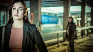 Nousuvesi-tv-sarja: kuvassa Olivia Rönning (Julia Ragnarsson) ja Tom Stilton (Kjell Bergqvist).