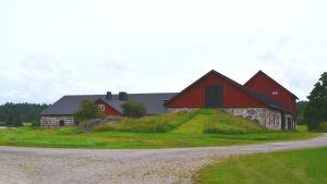 Ladugården på Karleby gård som syns från motorvägen.