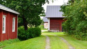 Den gamla bagarstugan och ladugården på Karleby gård.