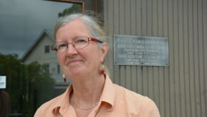 Annica Forssell utanför pastorskansliet i Pargas.