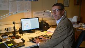 Rektor Anders Nordström vid sitt arbetsbord