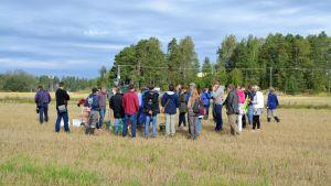Sakkuniga från Finland, Sverige och Lettland följer med en demonstration på en åker intill Hardombäcken.