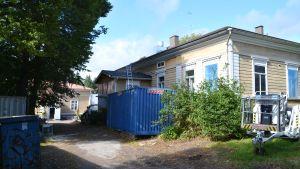 Domprostgården och sidobyggnaden i Borgå under renoveringen.