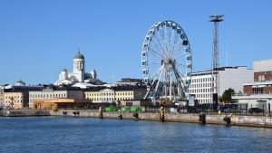 Salutorget sett från havet en solig höstdag; Helsingfors domkyrka och det nya pariserhjulet i bild.