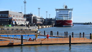 Utomhusbadet Allas intill Salutorget, kryssningsfartyget Viking Mariella i bakgrunden.