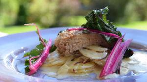 Portion med potatisgratäng och grisnacke
