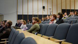 Borgåbor på invånarmöte i Linnankosken lukios auditorium.