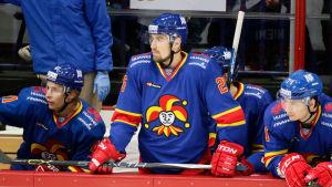 Pekka Jormakka står i Jokerits avbytarbås. Bredvid sig har han två spelare.