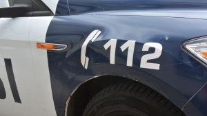 Polisbil med nödnummer 112 på sidan.