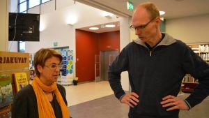 Malin Hollmén och Martin Engberg, personal vid Söderkulla bibliotek i Sibbo