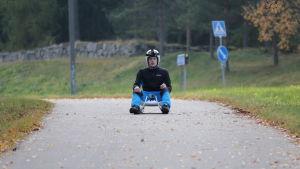 Tristan Jeskanen startar ett rodelåk på en cykelväg i Nastola.