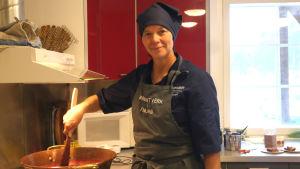 Mathantverkare Margot Wikström kokar sylt