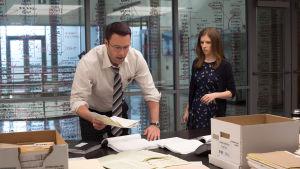 Chris och Dana söker efter hemligheter i lådor fulla med bokföringspapper.