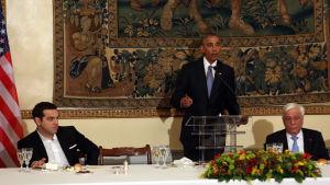 Obama åt middag med premiärminister Alexis Tsipras (tv) och president Prokopis Pavlopoulos medan folk protesterade på gatorna utanför