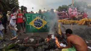 Demonstranter tänder brasor utanför kongressen i Brasilia 29.11.2016