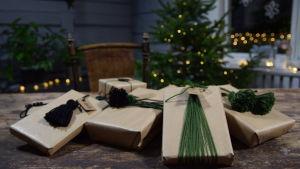 Julpaket med garndekorationer.