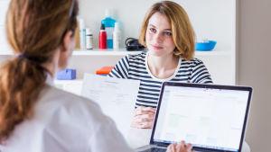 Bild på patient och läkare
