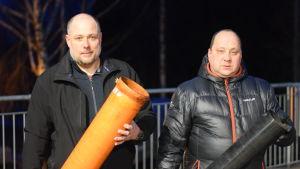två män med rör i händerna