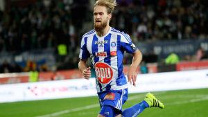 HJK:s anfallare Akseli Pelvas försöker nå en boll mot IFK Mariehamn.