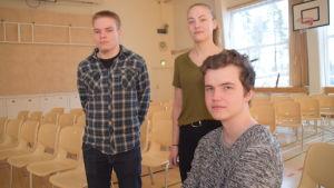 Eleverna i Karis-Billnäs gymnasium diskuterar Finland 100 år, på bilden ses Kauri Kallio, Jannica Kullberg och Emil Grönmark.