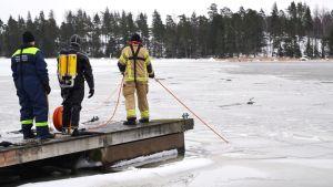 Räddningsverket i östra nyland övnings dyker under ytan på vintern