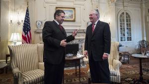 USA:s nya utrikesminister Rex Tillerson (th) träffade sin tyske kollega Sigmar Gabriel under sin första dag på utrikesministeriet