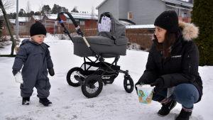 Amanda Eshan med sonen Hugo och familjens nyfödda.